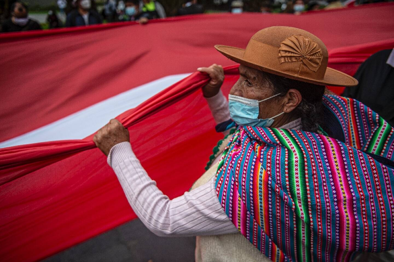 des partisans du candidat de gauche à la présidentielle au Pérou, Pedro Castillo, mznifestent devant les bureaux de l'autorité de contrôle des élections à Lima le 9 juin 2021