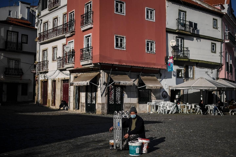Un peintre dans le quartier de l'Alfama à Lisbonne le 13 janvier 2021