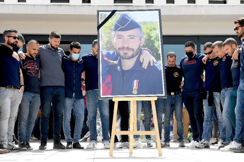 Hommage à Eric Masson devant le commissariat d'Avignon par ses collègues, le 9 mai 2021
