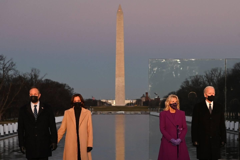 Le président américain élu Joe Biden (d) et son épouse Jill Biden aux côtés de la vice-présidente élue Kamala Harris (2e g) et son mari Douglas Emhoff lors d'une cérémonie en hommage aux victimes du Covid-19 à Washington, le 19 janvier 2021