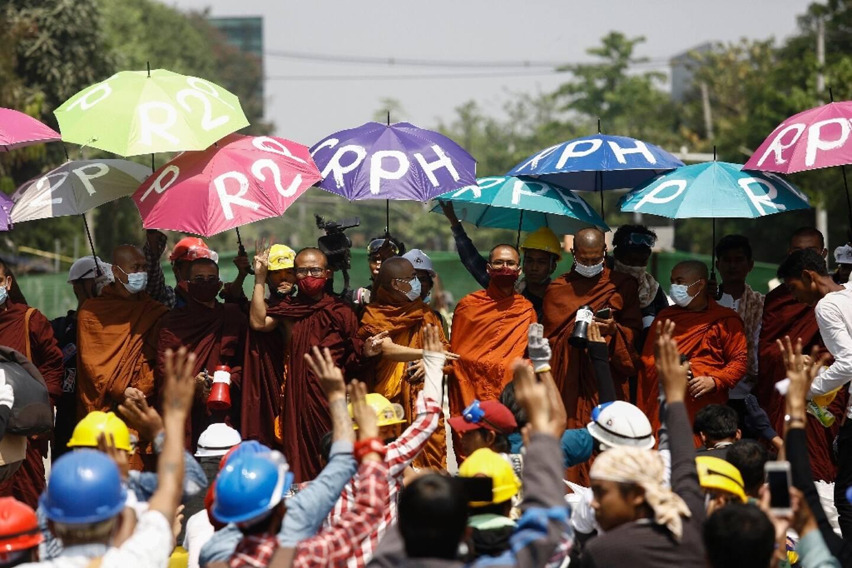 Des moines participent à une manifestation contre le coup d'Etat militaire, à Rangoun (Birmanie) le 11 mars 2021.