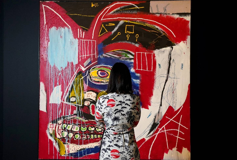 "Une femme regarde la toile de Jean-Michel Basquiat ""In This Case"" le 3 mai 2021"