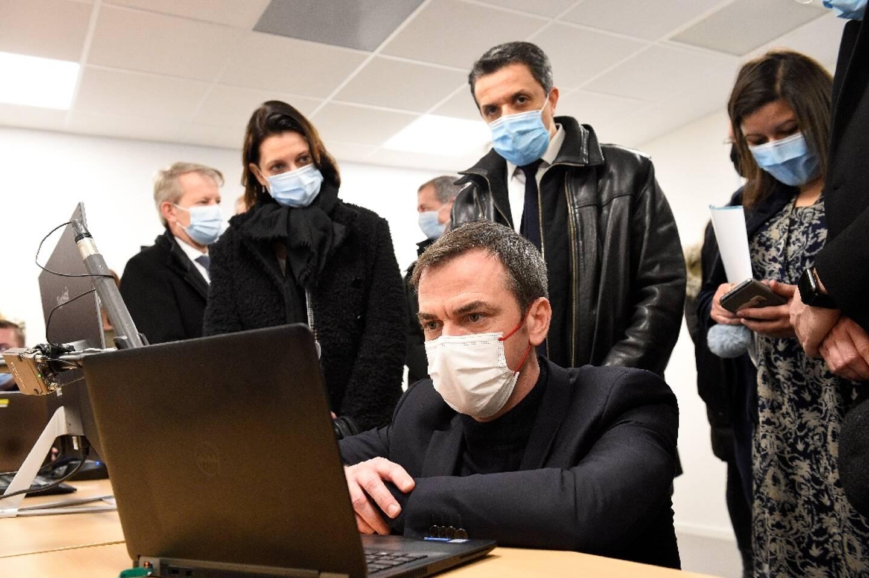 Le ministre de la Santé Olivier Véran lors de sa visite à Metz (Moselle, est de la France), à l'Agence régionale de santé (ARS) le 12 février 2021