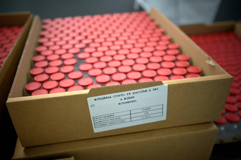 Des flacons du vaccin de Moderna, le 22 avril 2021 à Monts (France, Indre-et-Loire) dans une usine de Recipharm