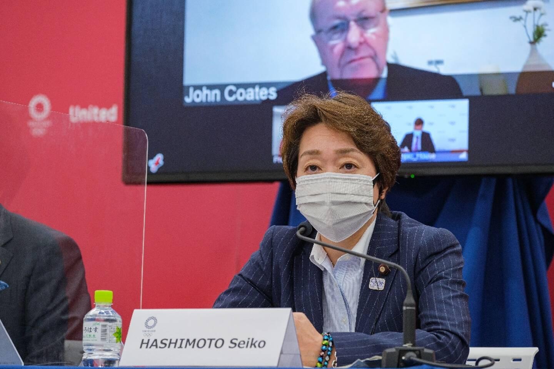 Le vice-président du Comité International Olympique, John Coates et la présidente du comité d'organisation des Jeux de Tokyo, Seiko Hashimoto, lors d'une conférence de presse, le 21 mai 2021 à Tokyo