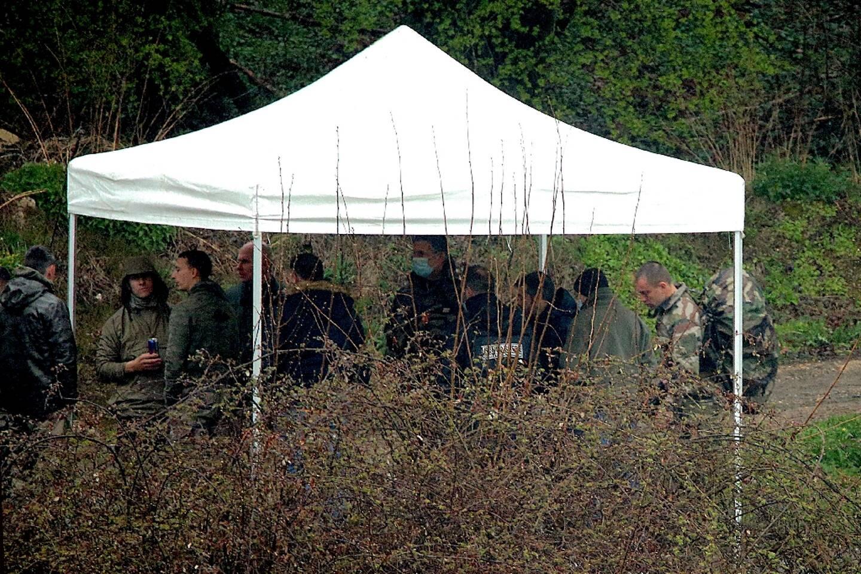 Des gendarmes continuent, le 10 avril 2021  leur recherche près de la forêt de Issancourt-et-Rumel (nord-est) pour retrouver le corps de Estelle Mouzin