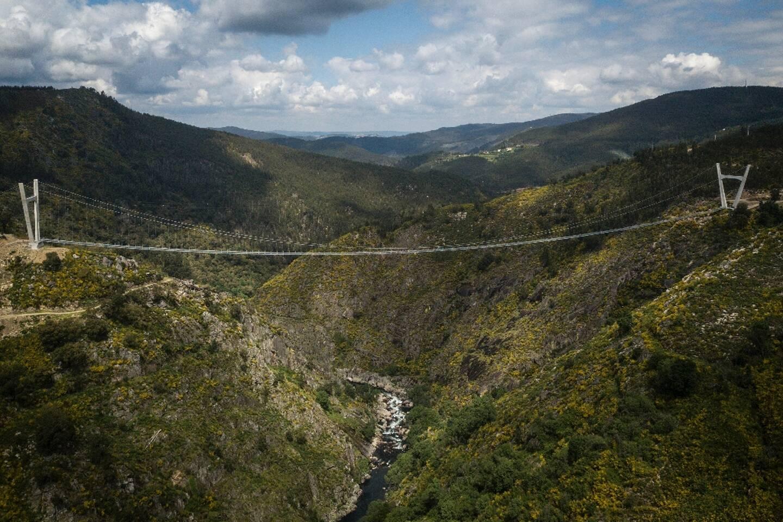 Vue aérienne du pont pédestre suspendu le plus long du monde (516 m), 175 m au-dessus de la rivière Paiva, à Arouca, dans le nord du Portugal