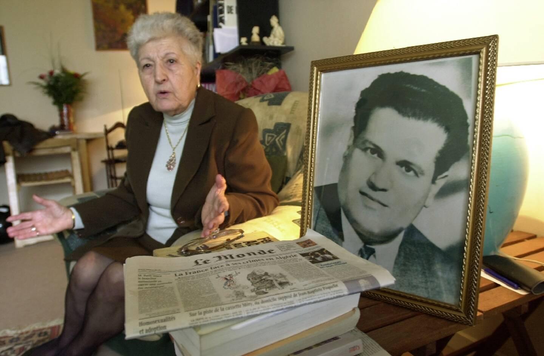 Malika Boumendjel, la veuve de l'avocat algérien Ali Boumendjel, près d'une photo de son mari, lors d'une interview à son domicile, en mai 2001 à Puteaux, près de Paris