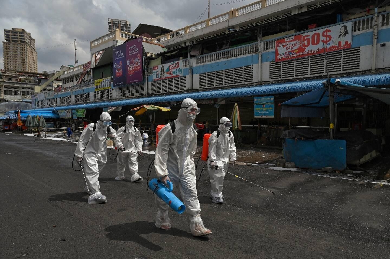 Opération de désinfection dans un marché de Phnom Penh, le 4 avril 2021 au Cambodge