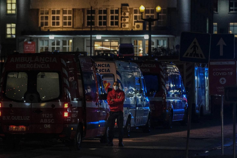 Les ambulances font la queue devant l'hôpital Santa Maria de Lisbonne le 22 janvier 2021