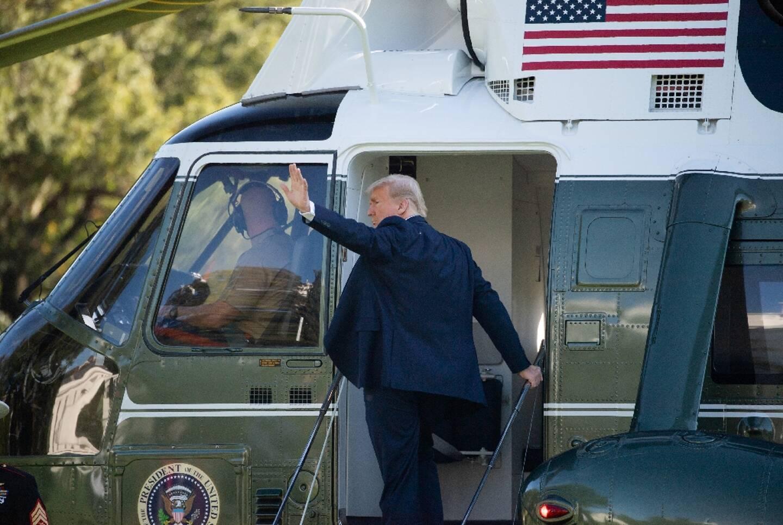 Le président américain Donald Trump monte à bord de l'hélicoptère présidentiel Marine One