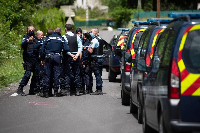 Des gendarmes engagés dans l'opération de recherche du double meurtrier des Cévennes, le 13 mai 2021 à  Saumane