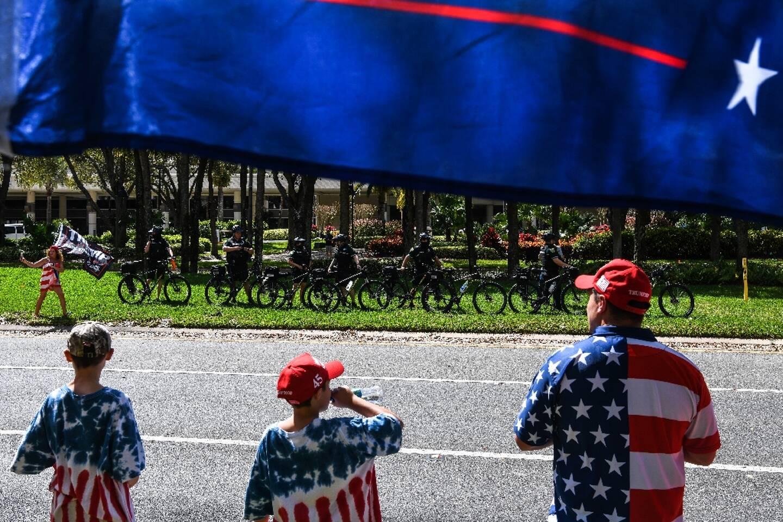Des partisans de l'ex-président américain Donald Trump attendent leur champion devant l'hôtel où les conservateurs tiennent leur grand-messe à Orlando, en Floride, le 28 février 2021