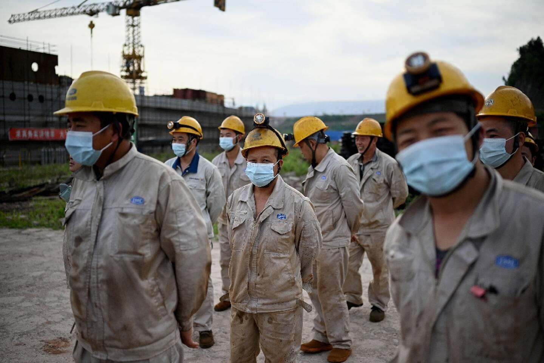 Des ouvriers sur le chantier de construction d'une réplique grandeur nature du Titanic, le 27 avril 2021  dans le district de Daying (Chine, province du Sichuan)