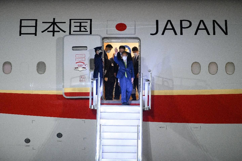 Le premier ministre japonais Yoshihide Suga arrive à l'aéroport de Cornouailles Newquay à  Saint Mawgan, Grande-Bretagne, le 10 juin 2021, à la veille du sommet du G7
