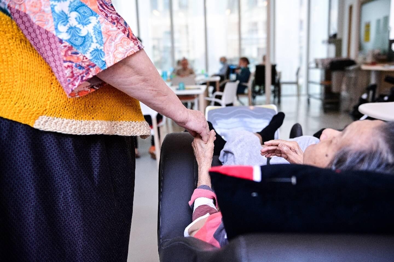 Une résidente (d) de l'Ehpad Alice Prin à Paris tient la main d'une amie, le 4 mars 2021