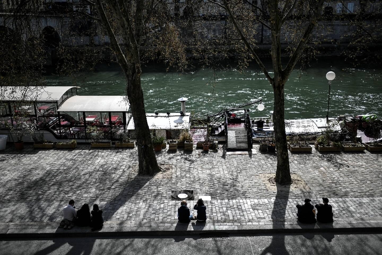 Des promeneurs profitent du soleil à Paris le 28 mars 2021