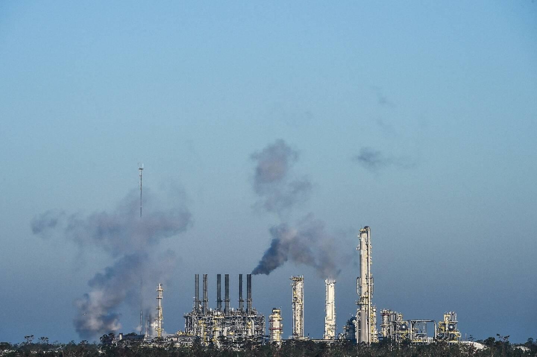 Une usine de traitement de gaz et de pétrole à Lake Charles, le 10 octobre 2020 en Louisiane