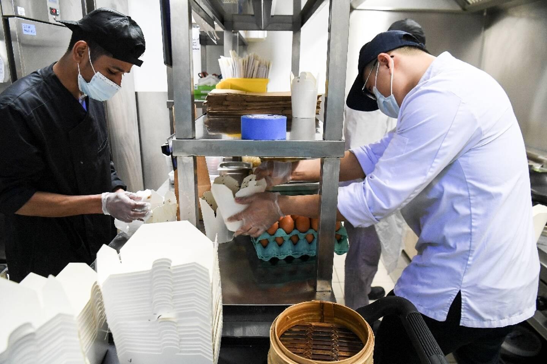 Des commandes à emporter sont préparées dans les cuisines collectives de Deliveroo, à Aubervilliers, le 6 mai 2021