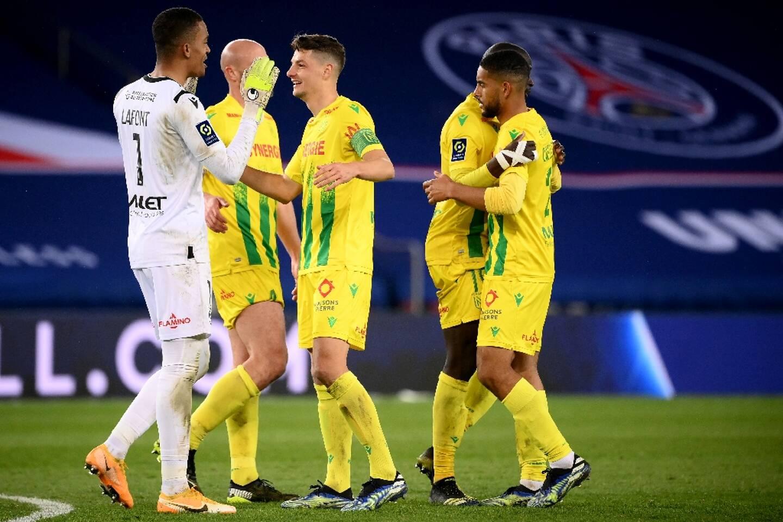 La joie des Nantais, après leur victoire, 2 buts à 1 face au Paris Saint-Germain, lors de leur match de L1, le 14 mars 2021 au Parc des Princes