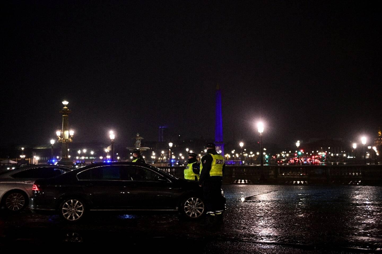 Contrôle de police sur la place de la Concorde à Paris pendant le couvre-feu, le 16 janvier 2021