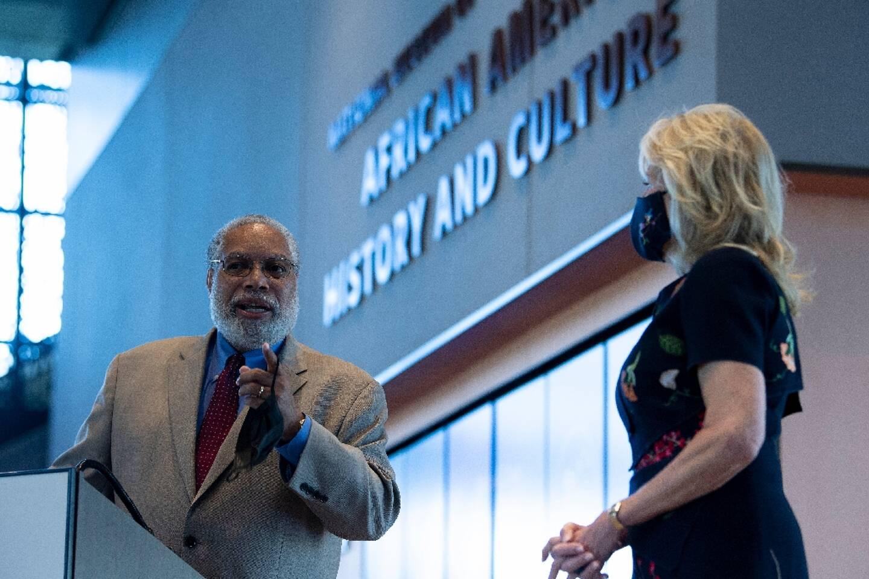 La Première dame Jill Biden et le directeur de la Smithsonian Institution Lonnie Bunch, au Musée national de l'histoire et de la culture afro-américaines le 14 mai 2021 à Washington