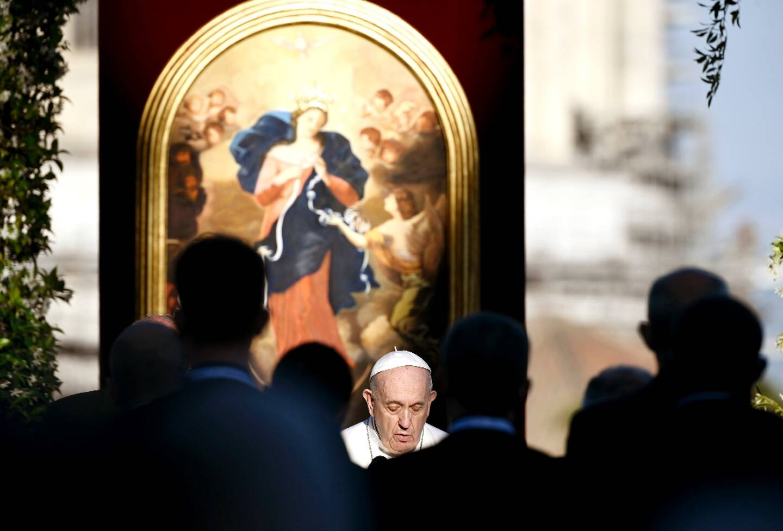 Le pape François prie pour la fin de la pandémie de Covid-19 dans les jardins du Vatican, le 31 mai 2021