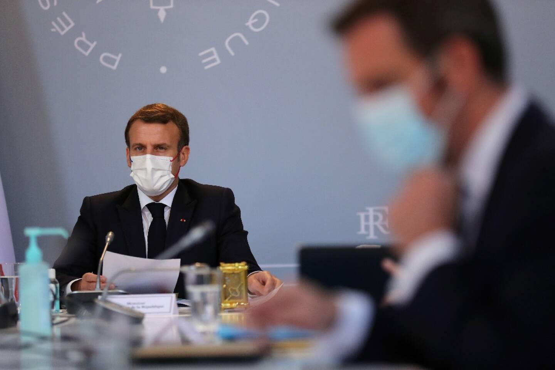 Le président Emmanuel Macron lors d'un Conseil de défense à l'Elysée avec le ministre de la Santé Olivier Veran, le 12 novembre 2020 à Paris