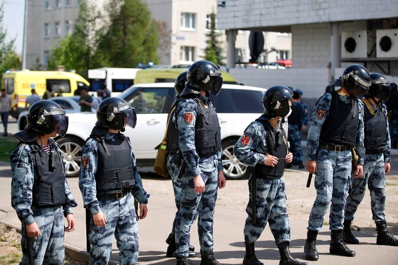 Des policiers devant une école après une fusillade, le 11 mai 2021 à Kasan, dans le centre de la Russie