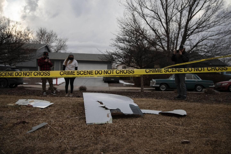 Des habitants prennent en photo les débris d'un Boeing 777 tombés sur la banlieue résidentielle de Broomfield, près de Denver, le 20 février 2021 dans le Colorado