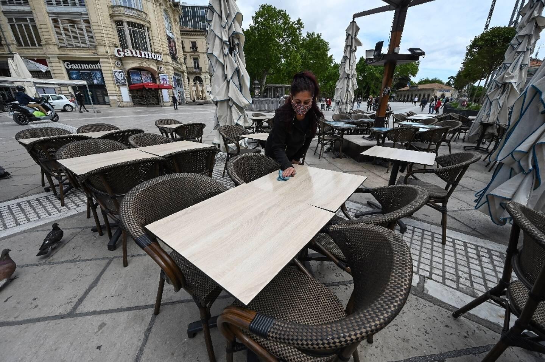 Préparation de la terrasse d'un restaurant à Montpellier, le 17 mai 2021, en vue de sa réouverture