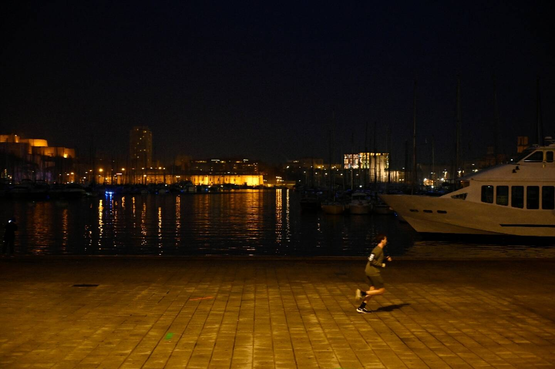 """Un homme court sur le  """"Vieux-Port"""" de Marseille, le 10 janvier 2021"""