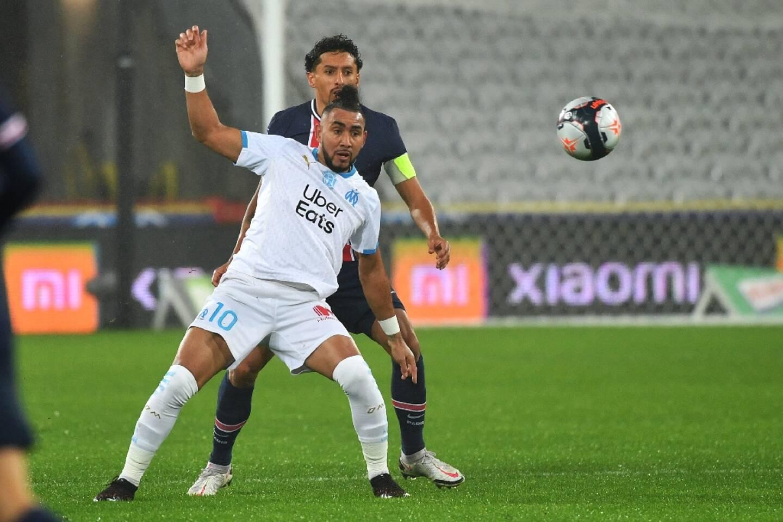 Le milieu de terrain marseillais, Dimitri Payet, aux prises avec le défenseur et capitaine du Paris Saint-Germain, le Brésilien Marquinhos, lors du Trophée des Champions, le 13 janvier 2021 à Lens