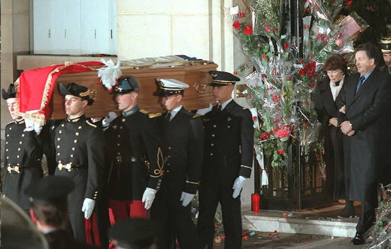 Le cercueil de l'ancien président François Mitterrand suivi par sa femme Danielle Mitterrand (2e d) et son fils Jean-Christophe (d), le 11 janvier 1996 à Paris