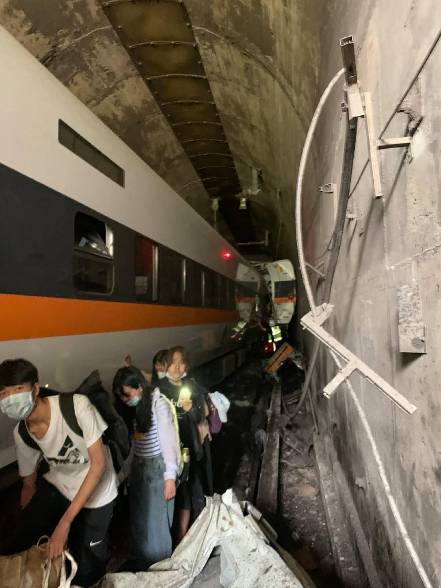 Photo diffusée le 2 avril 2021 par le Centre en charge des opérations de secours montrant le déraillement d'un train dans un tunnel, dans le comté de Hualien, dans l'est de Taïwan