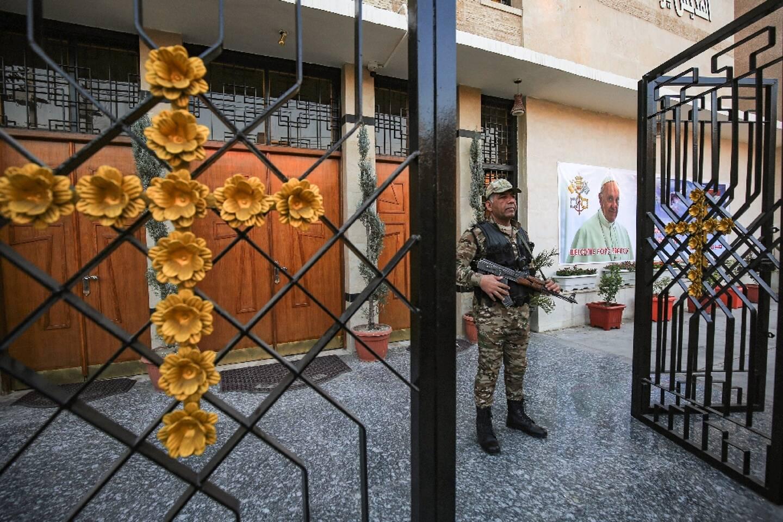 Un policier devant une église à Bagdad, quelques jours avant la visite du pape François en Irak, le 27 février 2021