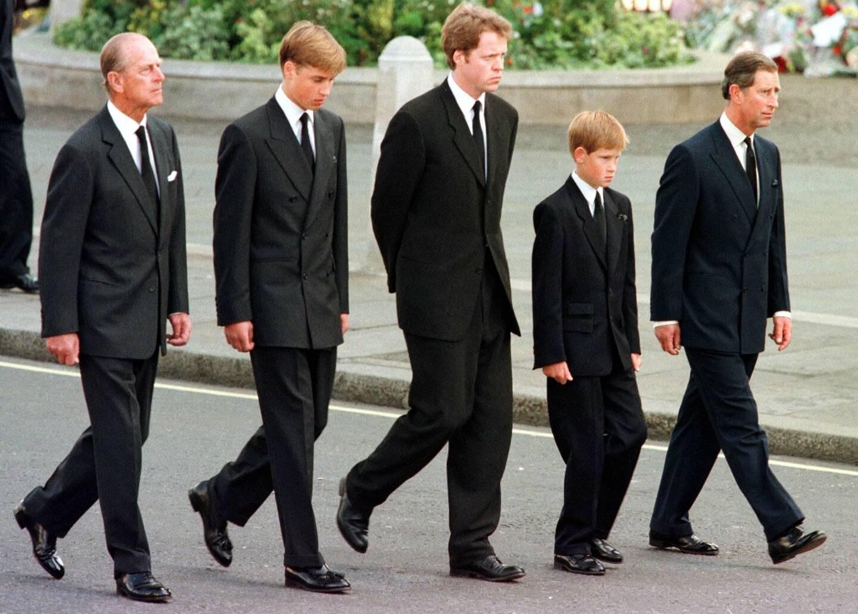 Le prince Philip, le prince William, le Comte Spencer, les princes Charles et Harry lors des funérailles de Diana, à Londres le 6 septembre 1997