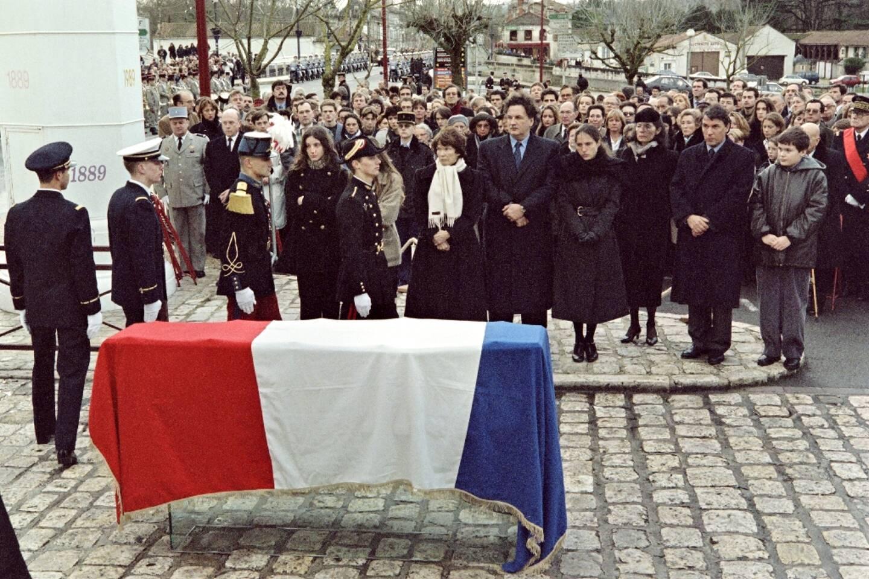 Le cercueil de l'ancien président François Mitterrand, recouvert du drapeau français, sur la place du Chäteau, le 11 janvier 1996 à Jarnac, devant ses fils Gilbert et Jean-Christophe, son épouse Danielle et sa fille Mazarine