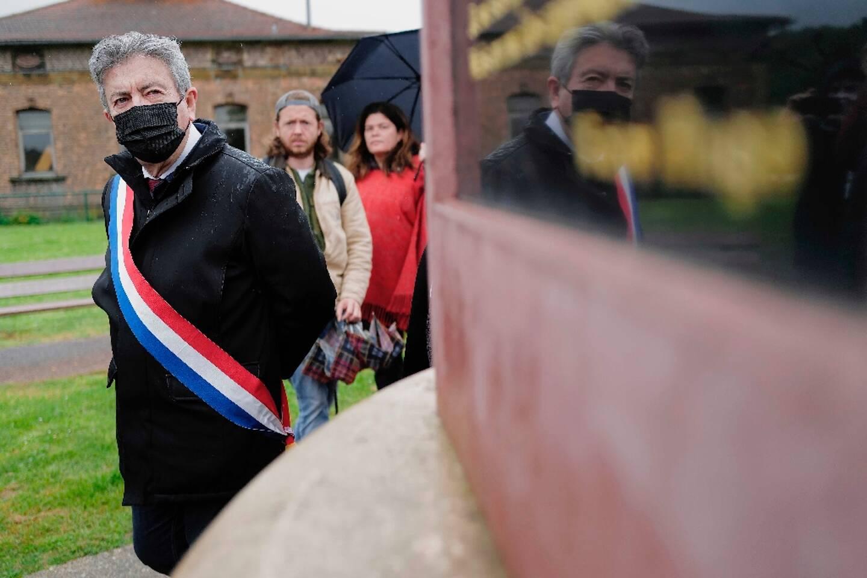 Jean-Luc Mélenchon devant la stèle en mémoire aux mineurs tués par l'armée le 8 octobre 1869, Aubin le 16 mai 2021