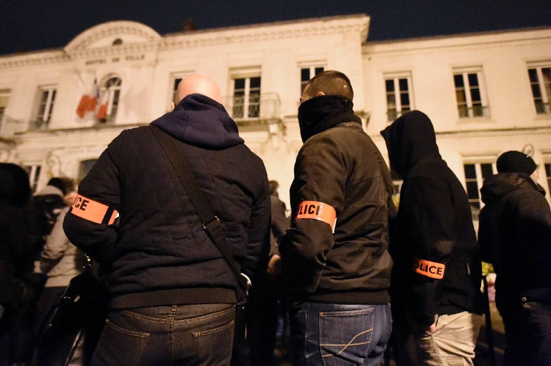 Des policiers rassemblés le 8 novembre 2016 devant la mairie de Viry-Châtillon pour dénoncer l'attaque contre leurs collègues
