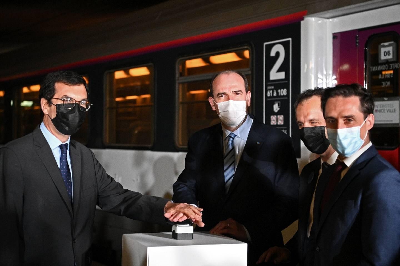 Le premier ministre Jean Castex (C) et le PDG de la SNCF Jean-Pierre Farandou (G) visitent le train de nuit Paris-Nice à la gare d'Austerlitz à Paris le 20 mai 2021