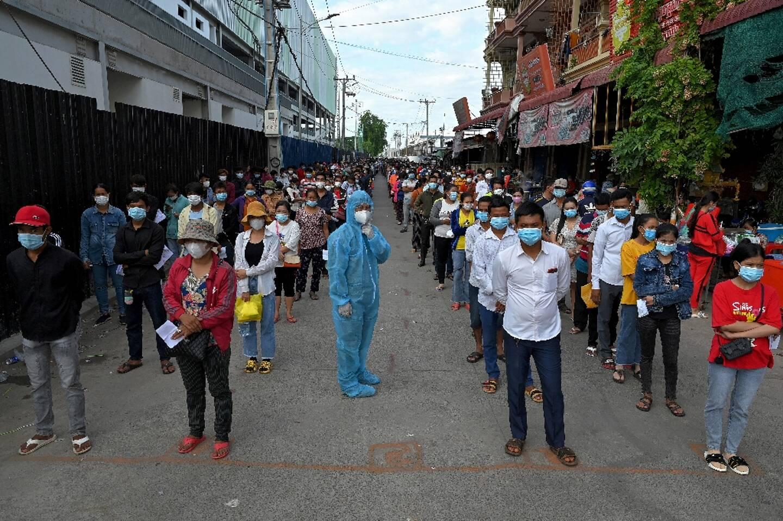 Des personnes font la queue pour sa faire vacciner le 31 mai 2021 à Phnom Penh