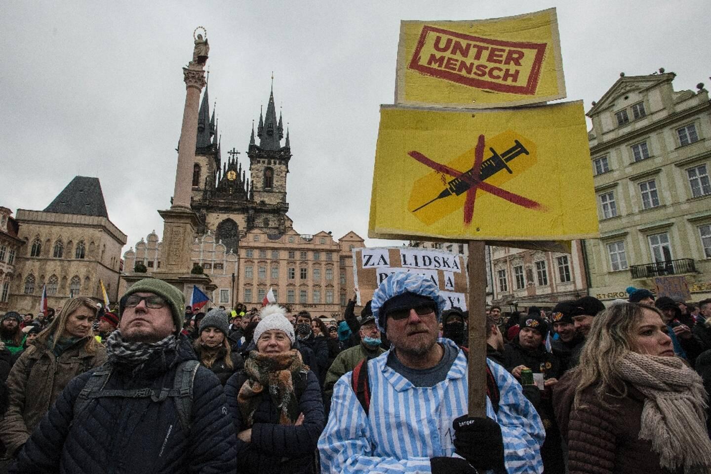 Un manifestant vêtu d'une tenue de prisonnier participe à une manifestation contre les mesures de restrictions contre l'épidémie de coronavirus à Prague le 10 janvier 2021.