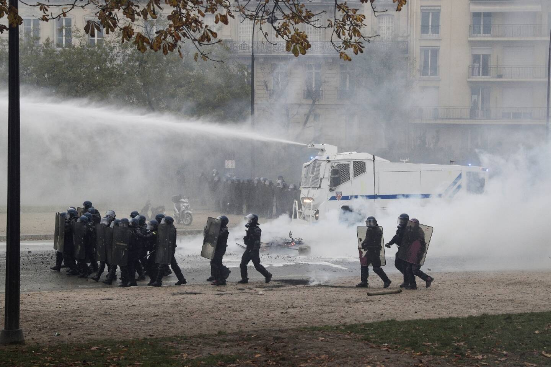 """Progression des forces de l'ordre, appuyées par un canon à eau, lors d'une manifestation de """"gilets jaunes"""", à Paris, le 1er décembre 2018"""