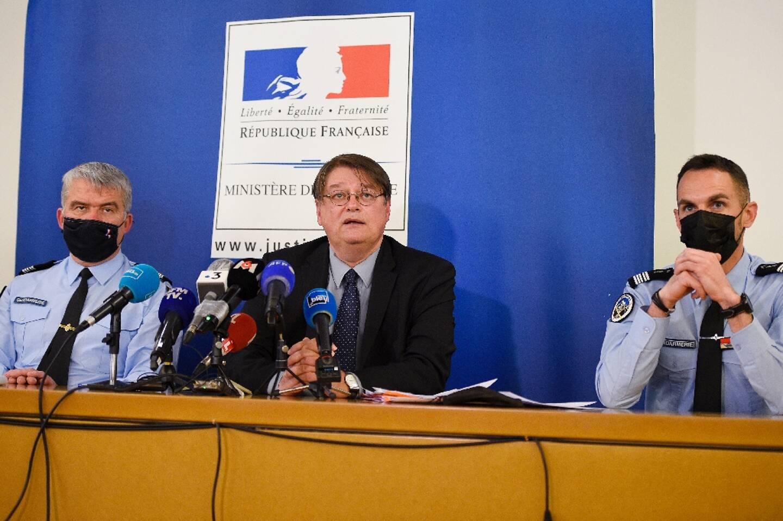 Conférence de presse du procureur de Nancy François Pérain, entouré du colonel Christophe Le Gallo (g) et de Brice Mangou (d), le 18 avril 2021 à Nancy