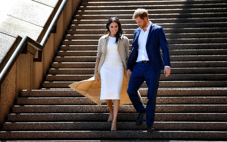 Harry et Meghan descendent les marches de l'opéra de Sydney le 16 octobre 2018