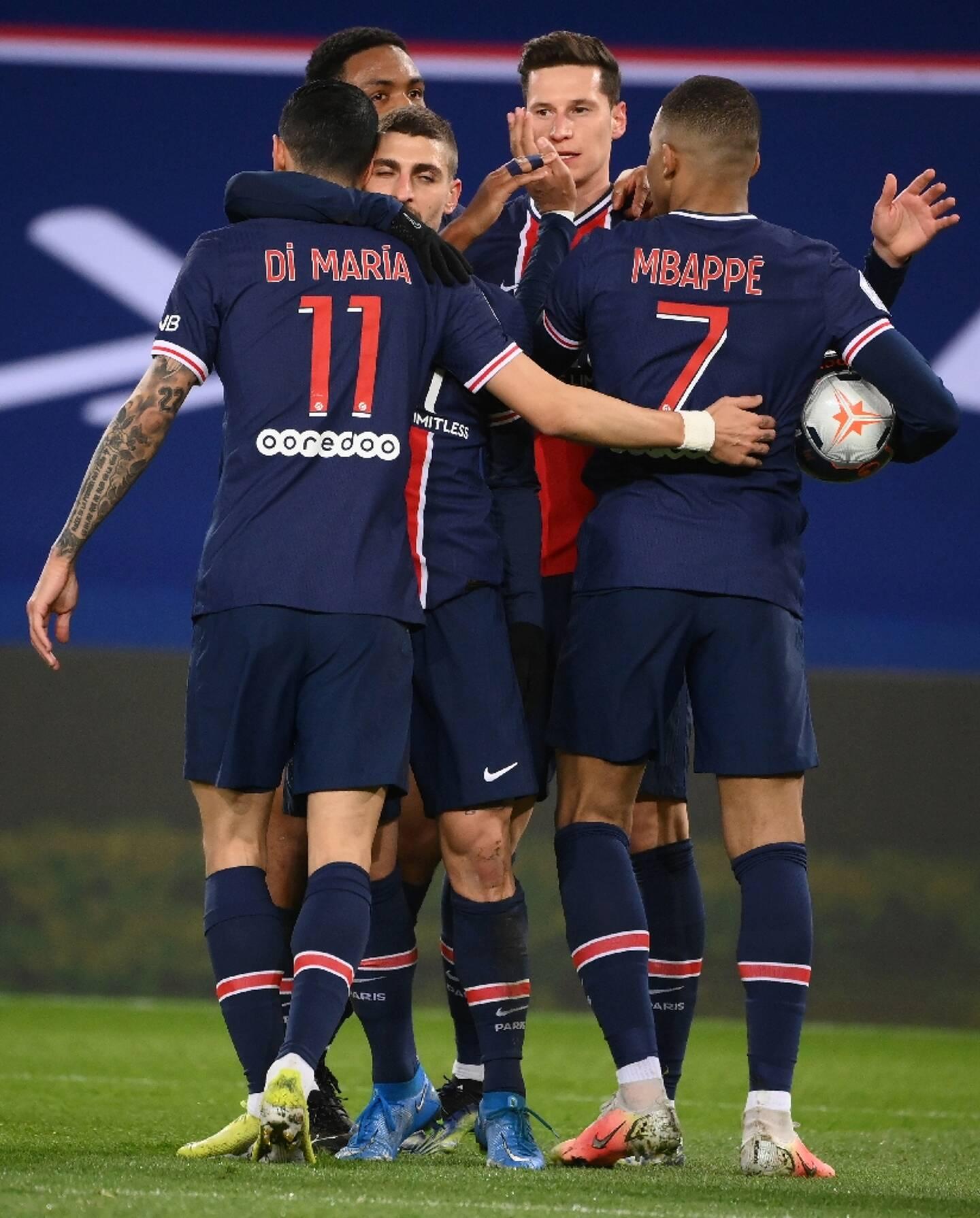 Le milieu de terrain allemand du Paris Saint-Germain, Julian Draxler (c), est félicité par ses coéquipiers après avoir ouvert le score face à Nantes, lors de leur match de L1, le 14 mars 2021 au Parc des Princes