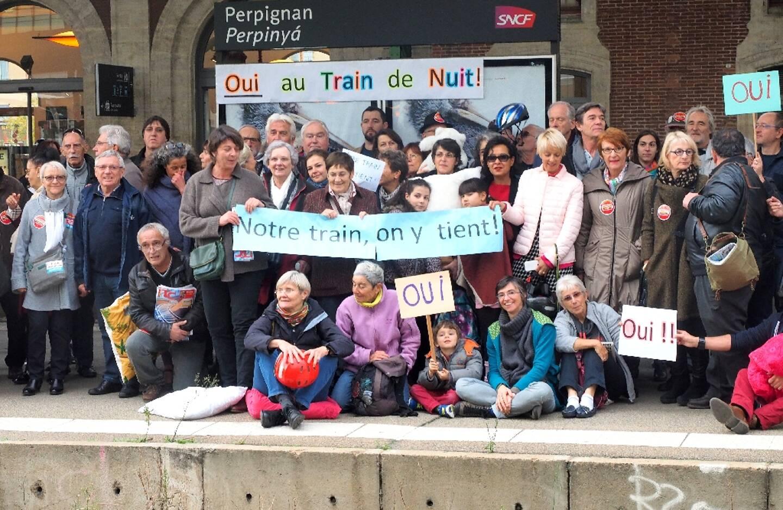 """Le collectif """"Oui au train de nuit"""" mobilisé à la gare de Perpignan en novembre 2016"""