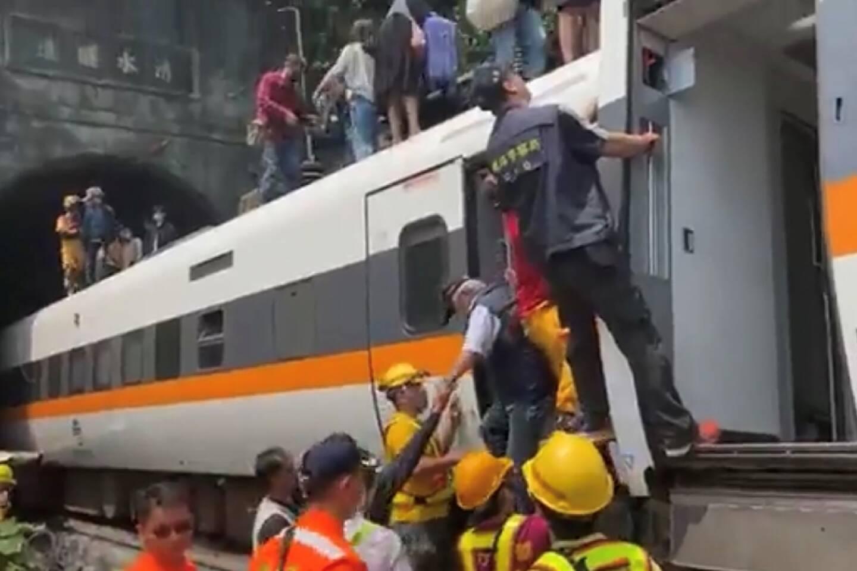 Cette photo distribuée par la Croix rouge de Taïwan montre des sauveteurs s'activant à évacuer les passagers du train qui a déraillé le 2 avril 2021 à Taïwan