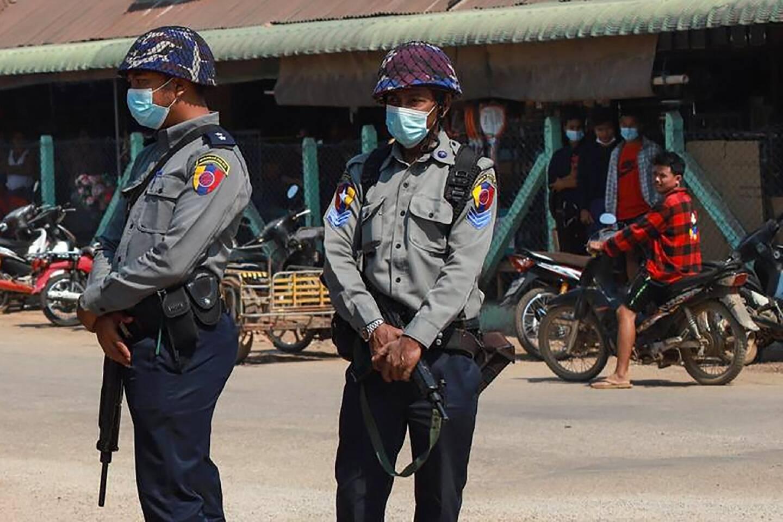 Photo des Free Burma Rangers prise entre le 5 et le 6 avril 2021 montrant des policiers surveillant un village dans le district de Dooplaya, Etat Karen (sud-est).